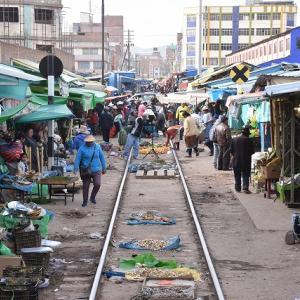 2018年ペルー・ボリビア旅行記 第24回 チチカカ・トレイン乗車記その6 線路市場がある町フリアカに到着