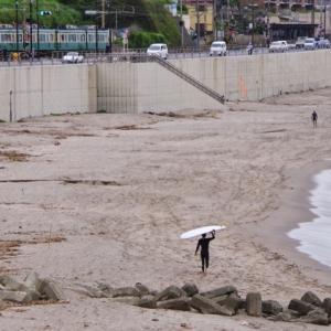 江ノ電 七里ヶ浜のサーファー