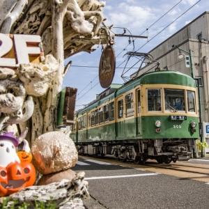 江ノ電305号 腰越商店街のハロウィン装飾