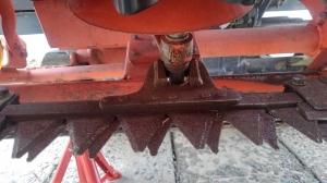 コンバインの刈刃交換