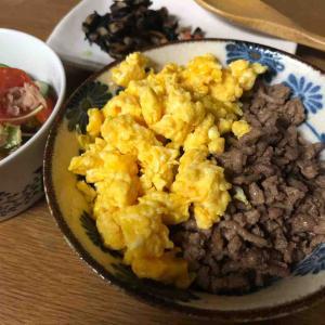 卵とひき肉の二色丼
