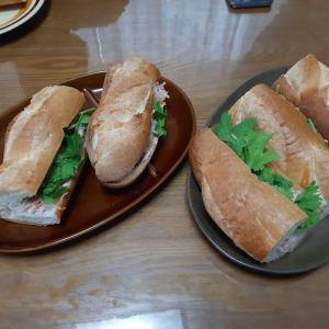 母がバインミーを作りました😆😆 Mẹ mình làm bánh mì Việt Nam rồi 😆😆