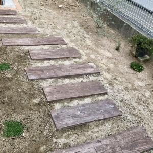 庭にコンクリート製の枕木を敷くDIY『おしゃれな道づくり』