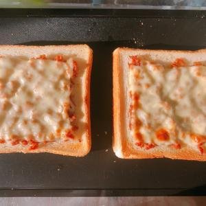 今日の朝ごはんは、そぼろパン♪
