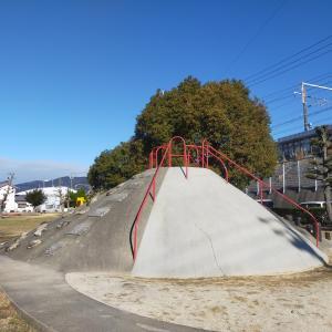 手すりがない!?大人もビビる滑り台と、一面芝生の「向山公園(やまこうえん)」