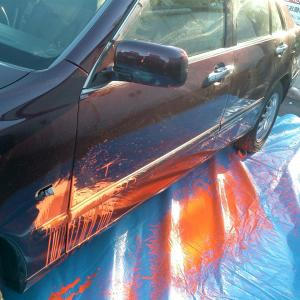 【悲惨】コンビニで。同僚「万引き犯だ!カラーボールを食らえ!」→客の高級車に当たった結果・・・