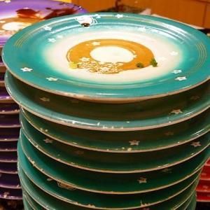 【唖然】回転寿司で隣の席のババアが勝手に皿を乗せてくるので注意→ババア「いいじゃないの、これくらい!」