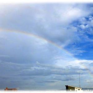 夕立のお土産は…(^^♪夢や希望に向かって突っ走れるエネルギーがもらえそうな 雨上がりの東の空にかかった「虹の架け橋」