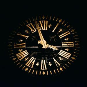 【時間を生み出し】判断力を鍛えるにはこの本1冊でOK!『エッセンシャル思考』超簡易書評【決断できるより良い人生に】