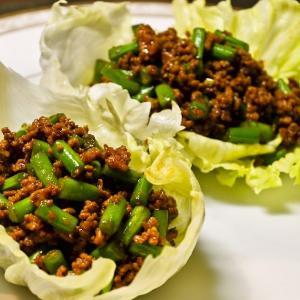 レタスのシャッキリ感と甜麺醤のコクのあるうま味の組み合わせが最高! インゲンと豚挽肉のレタス包み