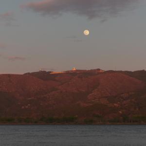 強風の追波川にて【上品山に浮かぶ黄昏月】