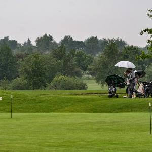 お気に入りのレインウェアとグッズで雨のゴルフを楽しもう