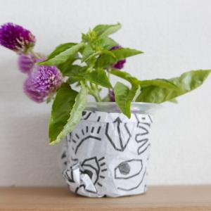 芸術の秋っぽく。ゼリーカップ+包装紙=アバンギャルドな花瓶を制作しました♪