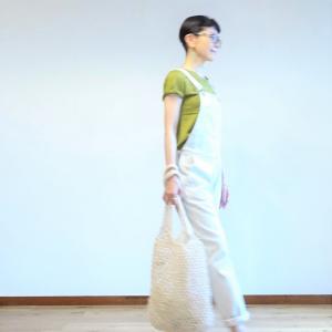 白いオーバーオールとオリーブ色のTシャツのコーデ~