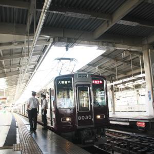 発車を待つ川西能勢口発通勤特急