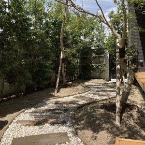 <お庭作り②>レンガのアプローチを作って、砂利を敷いてみた!