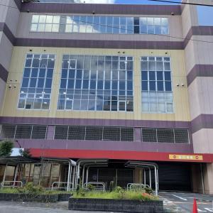 日新町の閉店したコナミで工事やってる。たぶん跡地の片付け