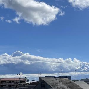 今日の昼間の空。青空がありながらも分厚い雲もある 【寝屋フォト】