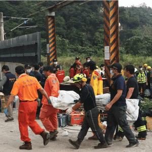 速報】台湾で致命的な脱線事故。50人以上死亡