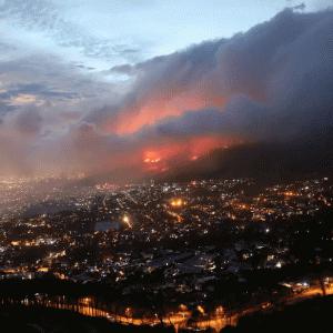 ケープタウンで「制御不可能」な山火事発生