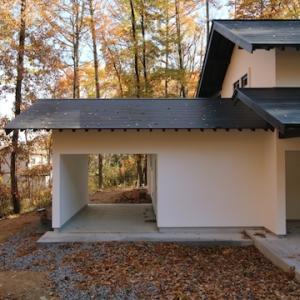 秋色の中の家