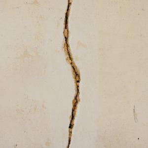 押入れ床板の割れを発見!補修はできる?