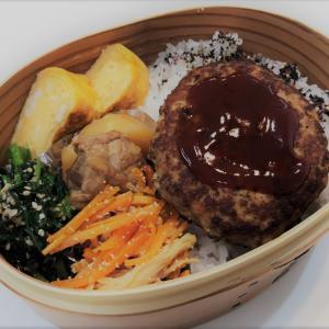 【お弁当】ハンバーグ・鶏じゃが・ほうれん草のごま和え・明太子人参・甘い卵焼き・自分弁当 ~昨日の収穫野菜~ ~スイカの人口受粉をしました~