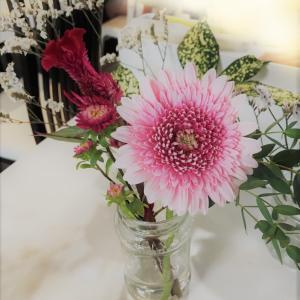 鶏の唐揚げ弁当・ブルーミーのお花が今回はピンク系でかわいい