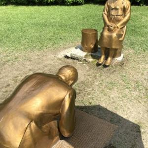少女像の前でひれ伏すアベ?・・・『永遠の贖罪』、日本に行くのか?