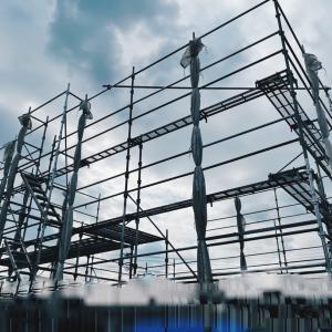 上棟前の足場が組まれた。台風対策は?