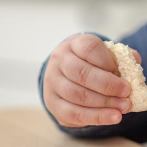 離乳食中期(7~8ヶ月頃)に赤ちゃんせんべいしか食べない時の原因と対処法&我が家の体験談
