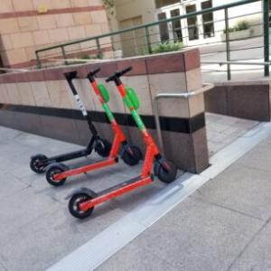 道で見かけるシェアレンタル電動キックスケーター