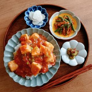 5/23*トマトとひよこ豆豆腐の麻婆丼、アスパラと人参の胡麻和え、そら豆のにんにく味噌和え