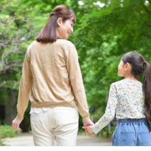 娘は母親を3方向から見ている。