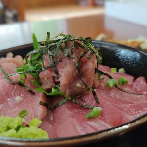 美味い鮪を喰らいたい… 道南の秘境こと知内町小谷石にある宿泊施設の「ムカラミヤ」さんのランチにて 鮪丼をキメてきました