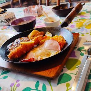 老舗の洋食レストランに行って参りまして… 函館市中道の洋食屋 「ごくらく亭」さんにてランチメニューのハンバーグセットをキメてきました