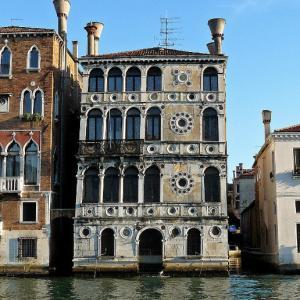 ・ ヴェネツィアの カ・ダーリオ邸  あれこれの暗い評判をご存知ですか?!