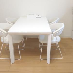 真っ白で鏡面仕上げのダイニングテーブル