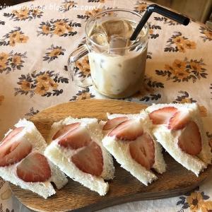ソウル旅行記 小さな虎カフェで苺サンド@호랑이커피 ホランイコーヒー