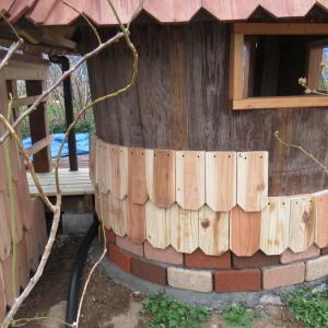 『小さなお家』に板を貼っています