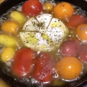 フルーツトマトとカマンベールチーズのアヒージョ