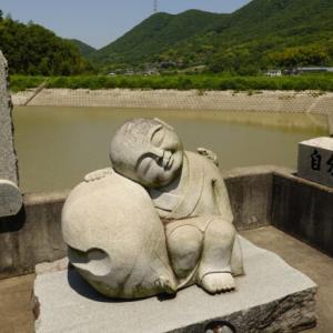 七福神や二宮金次郎などの石像が並ぶ玉野市の間瀬峠と田井みなと公園