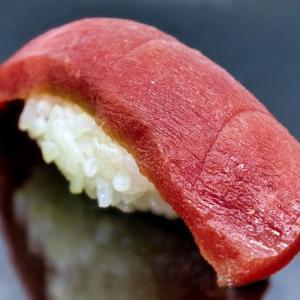 職人が偉そうにしている高級寿司屋で本当に偉い人が職人に就任