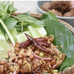 タイ料理Yum Naem Naem Khao Tod Aunt Da(ยำแหนมข้าวทอดป้าดา)
