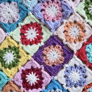 今年は地味な色合いでブランケットを編む。