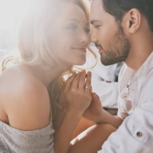 会話をする時になぜ距離が近いの?男性心理とその本心を解説!