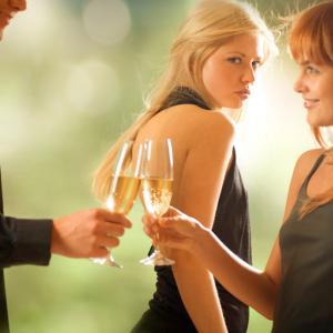 嫉妬深い女性の特徴10選|やきもち焼きな性格や行動の心理とは?
