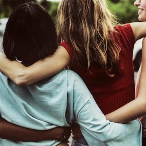 誰からも「好かれる人」の特徴10選| 友達・職場、みんなから愛される方法とは?