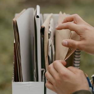 【書類整理】捨てられない書類は○○に変身させると、物理的に減らせる!