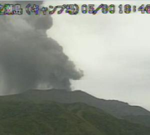 【諏訪之瀬島】噴煙2600m。